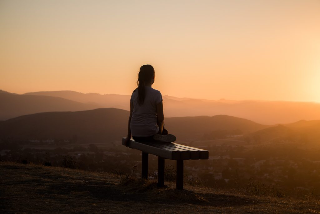 meditation sur banc face montagne